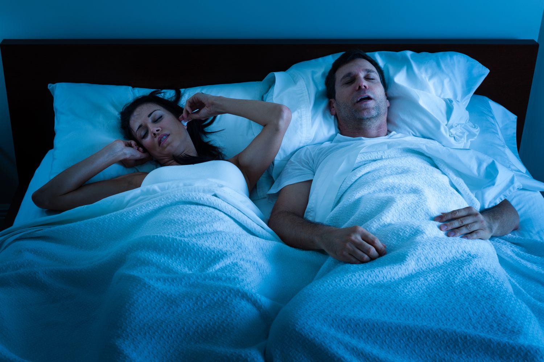 para leżąca w łóżku