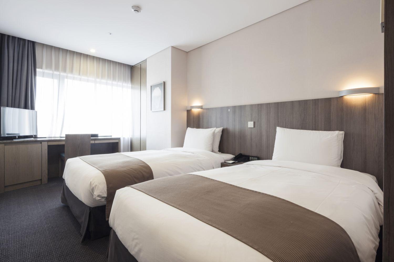 niewygodne łóżko w hotelu, materac do hotelu