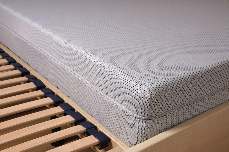 materac piankowy czy lateksowy na łóżku w pokrowcu