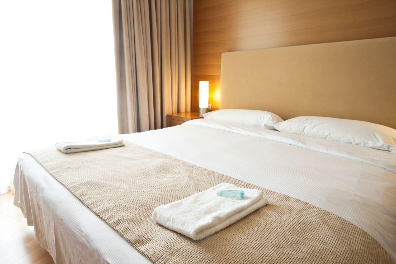 niewygodne łóżko w hotelu