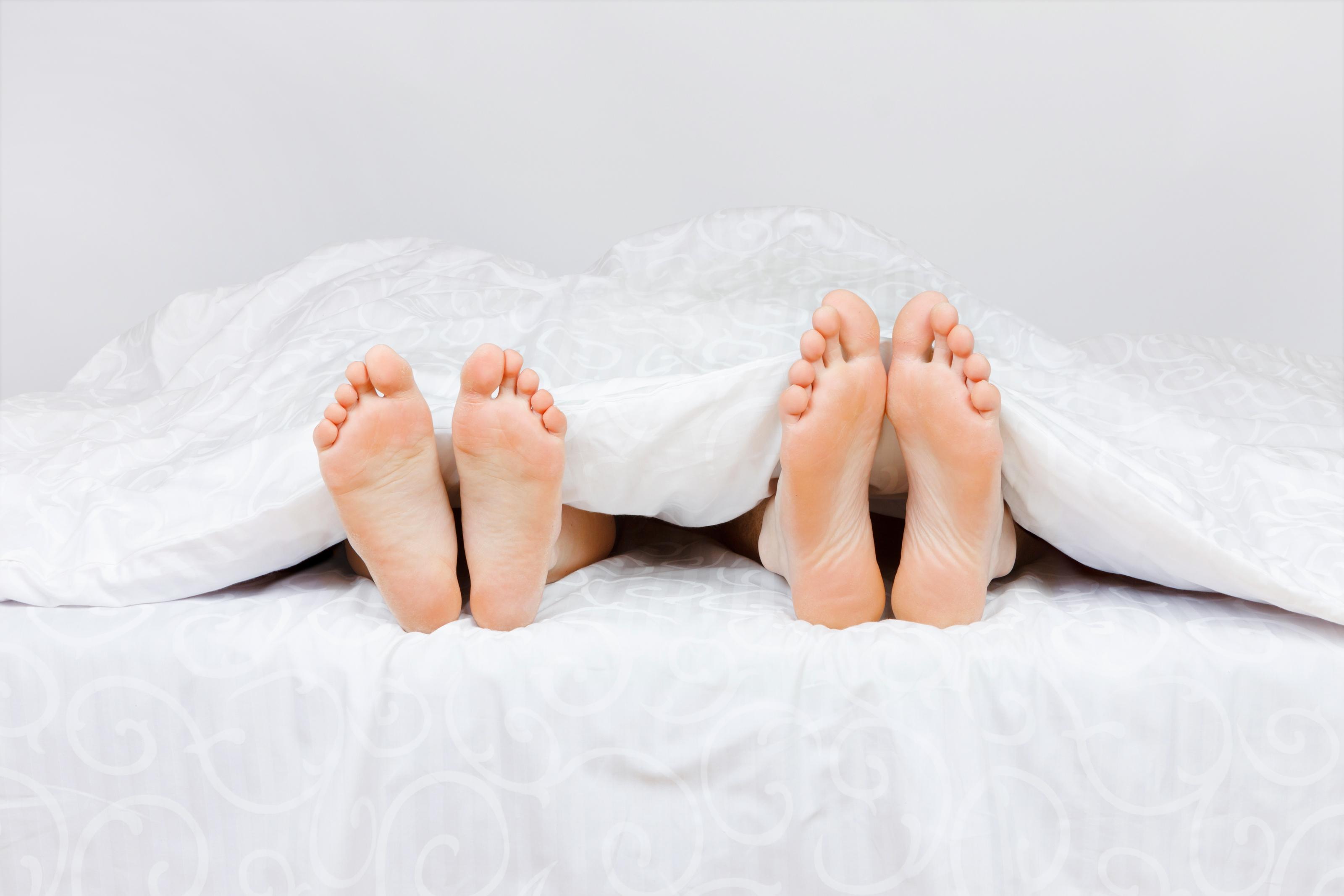 dwie pary stóp