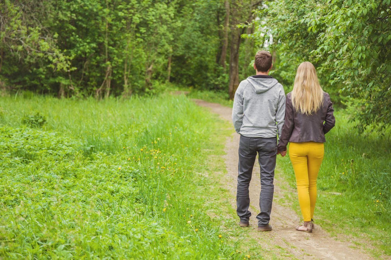 sposoby na chrapanie, spacerująca para