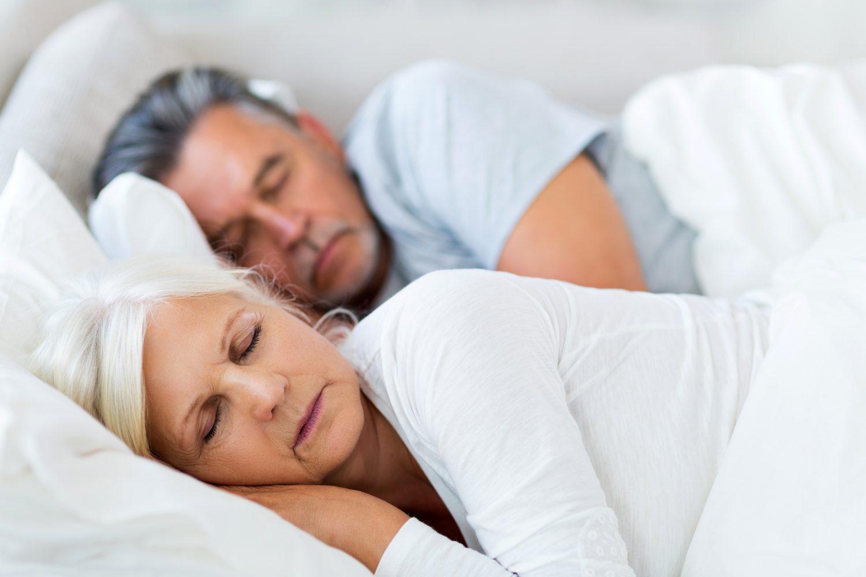 śpiąca para seniorów