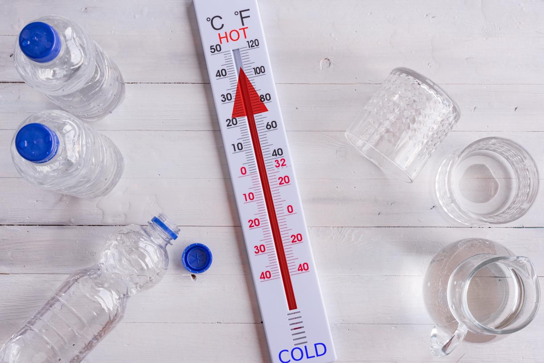 spanie podczas upałów, termometr z wysoką temperaturą