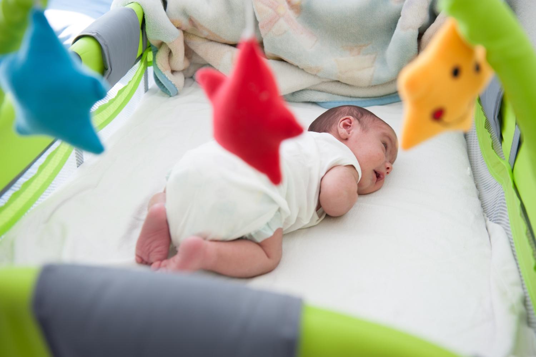 jak ułożyć niemowlaka, dziecko w kołysce leżące na brzuchu