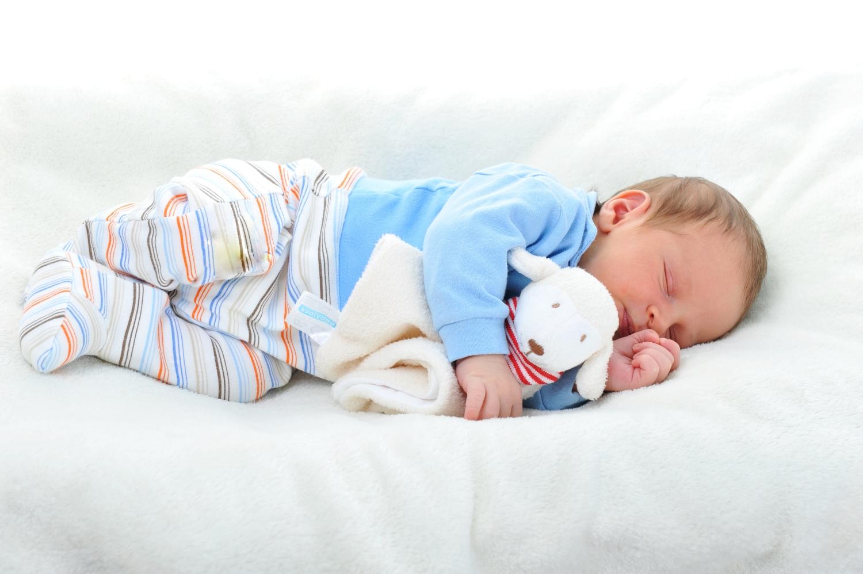 dziecko śpiące z króliczkiem maskotką