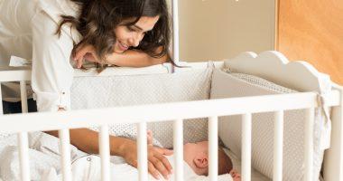 matka układająca dziecko do snu