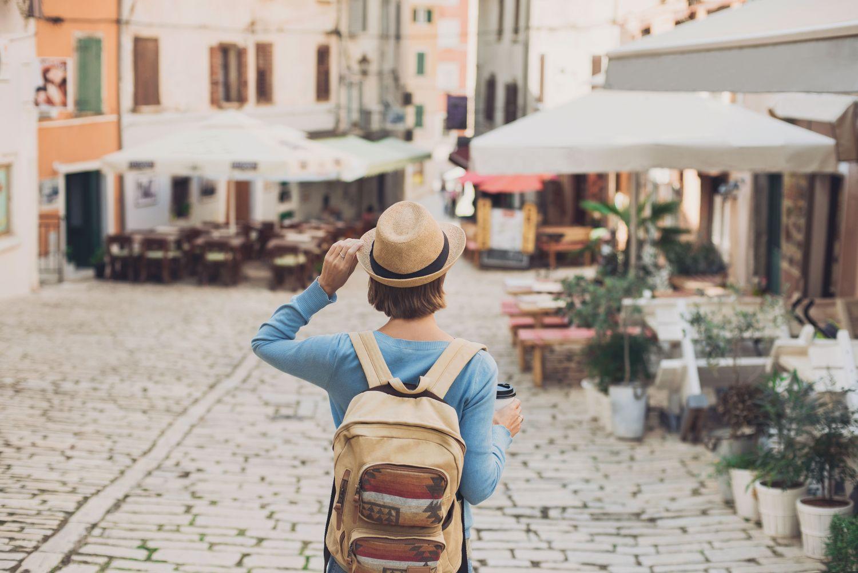 wakacje, podróże, kobieta z plecakiem, włochy