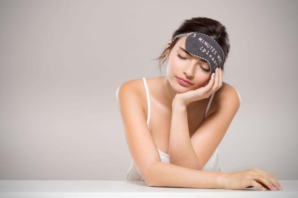 co wpływa na przebieg snu, kobieta, sen