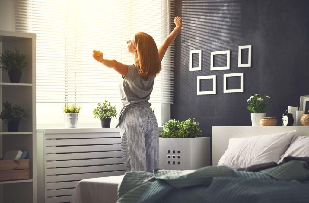 materac typu sandwich - z czym to się je, kobieta, poranek, sypialnia