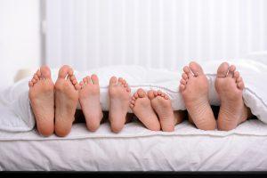 jak dobrać materac do wieku, stopy śpiących osób
