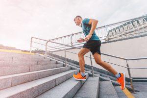 materac dla sportowców, mężczyzna biegnący po schodach