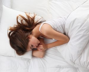 pianka visco, kobieta śpiąca w białej pościeli