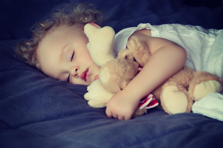 problemy dziecka ze snem, dziecko śpiące z maskotką