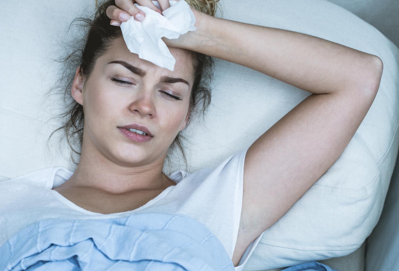 walcz z alergią w nocy, kobieta z katarem leżąca w łóżku