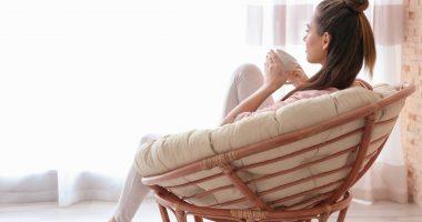 czy odsypianie w weekend jest zdrowe, kobieta siedząca na fotelu z kubkiem