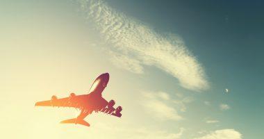 jak się wyspać w samolocie, samolot w chmurach