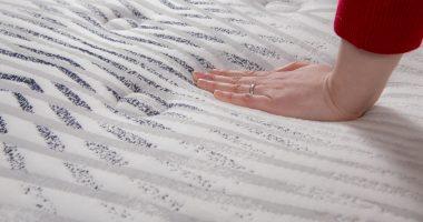 gęstość pianki w materacu, ręka na materacu