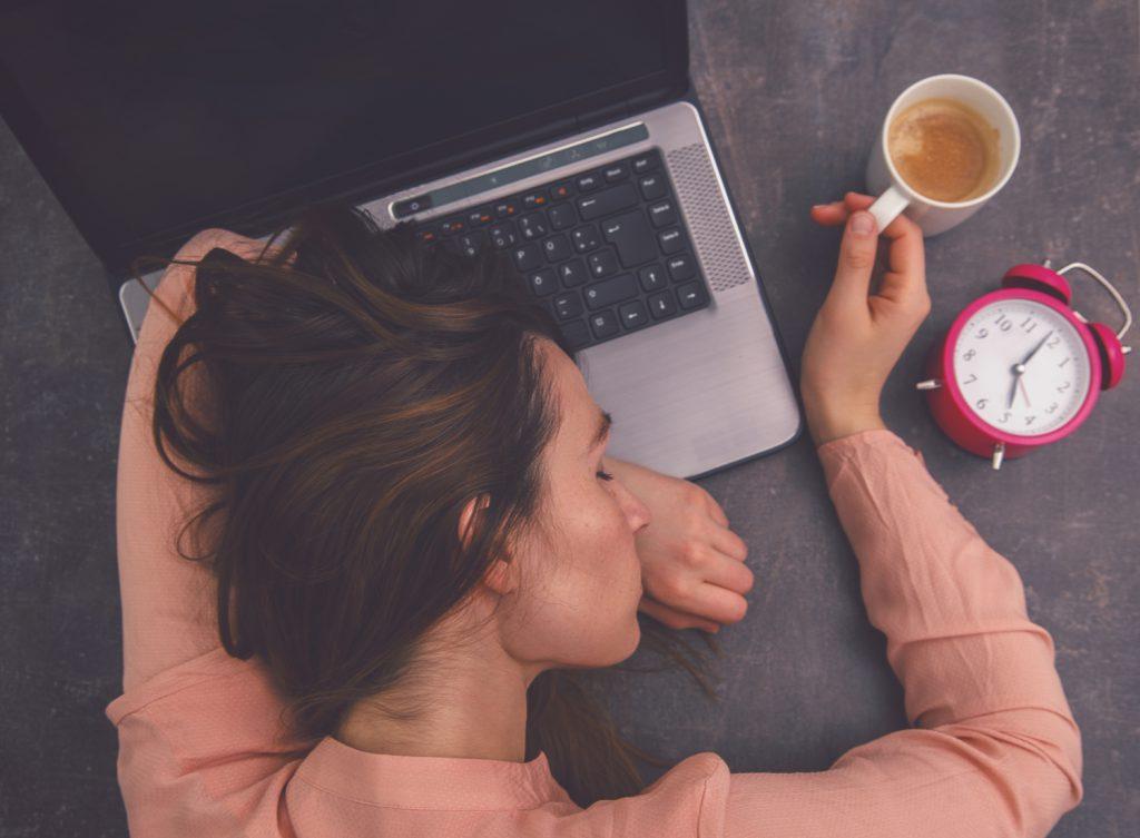 jak niedobór snu wpływa na mózg, kobieca śpiąca na laptopie