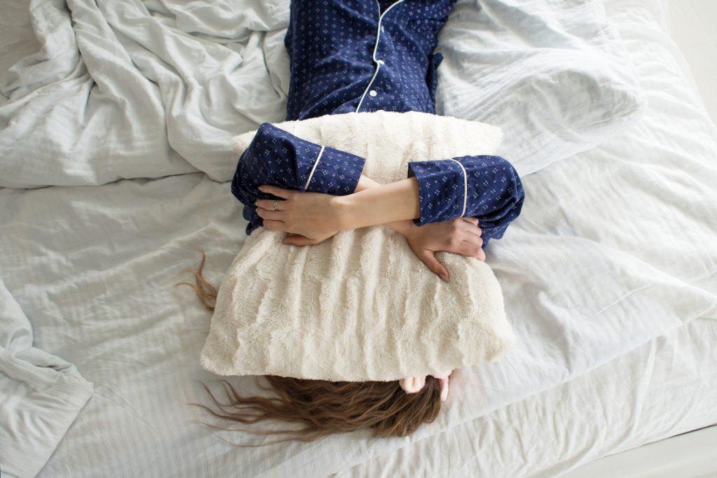 niewysypianie się, kobieta leżąca na łóżku