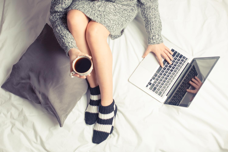 materac dla fanów seriali, kobieta z laptopem w łóżku