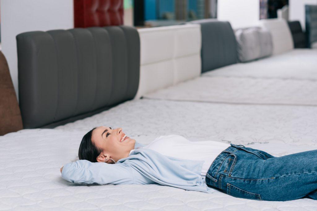 plusy materaca lateksowego, kobieta leżąca na materacu