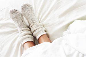 zimne stopy w łóżku