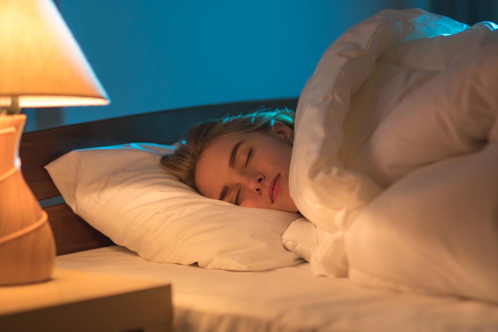 spanie przy włączonym świetle
