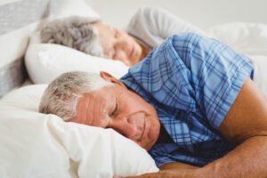 seniorzy leżący w łóżku, materac dla seniora